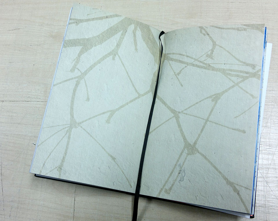 Leere Seite mit einer astähnlichen Struktur.