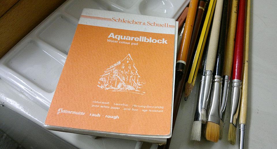 Ein wirklich kleiner Aquarellblock, Pinsel und eine Mischpalette für weitere Kunstwerke.