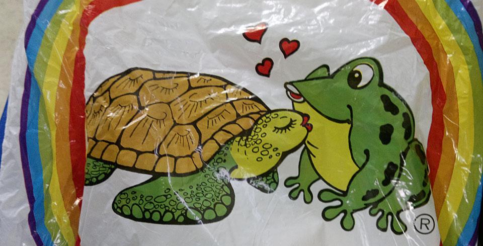 Das Motiv der alten Tengelmann-Tüten: Eine echt verliebte Schildkröte und ihr Frosch!