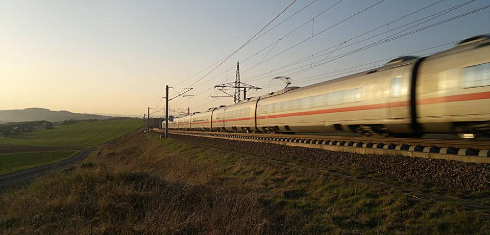 Denn er ist schnell und leise - der ICE auf der Trasse zwischen Frankfurt und Köln.