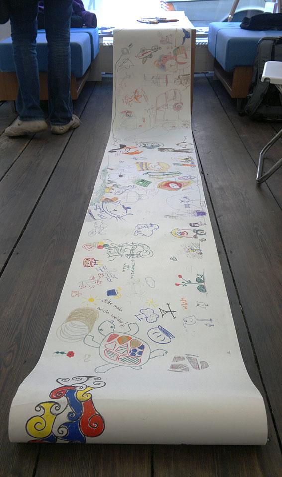 In der Ausstellung: Eine lange Rolle um den Stiften freien Lauf zu lassen.