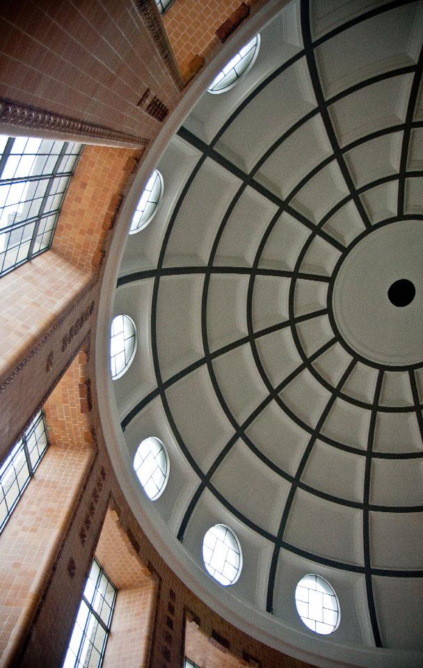 Blick nach oben: im Eingang des Alten Elbtunnels.