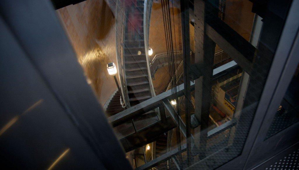 Blick durch die Aufzugstür auf die Treppen nach unten in den Tunnel.