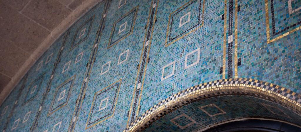 Durch diesen Mosaikbogen gehts in den Alten Elbtunnel.
