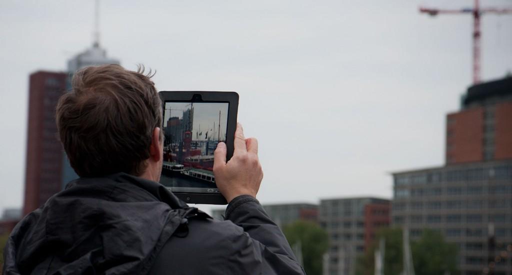 Noch ein Herr mit iPad versucht den Lichtpunkt des Leuchtbootes zu erwischen - Im Hintergrund die neue Elbphilharmonie.