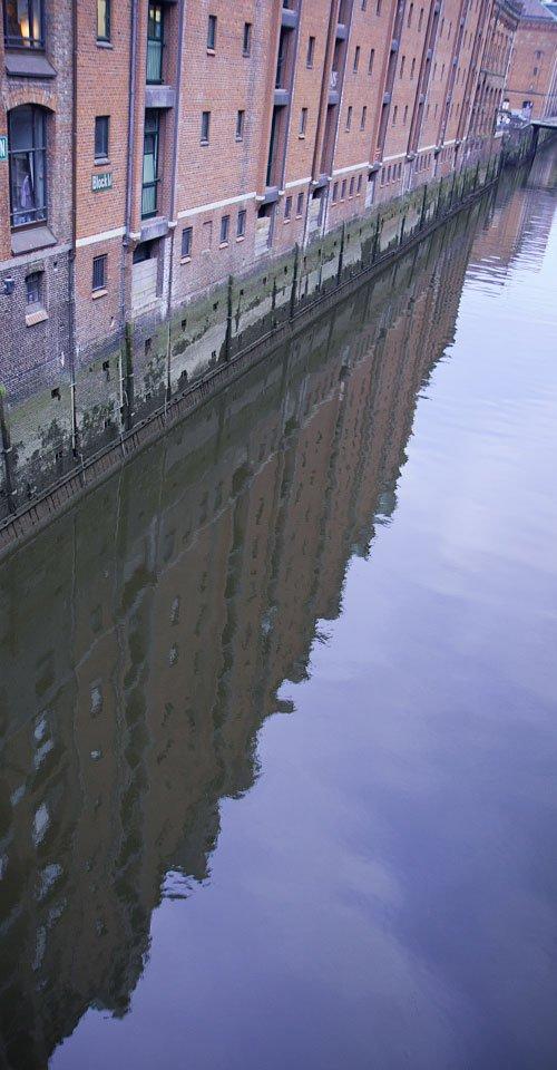 Spiegelung: Ein typisches Bild aus der Speicherstadt.