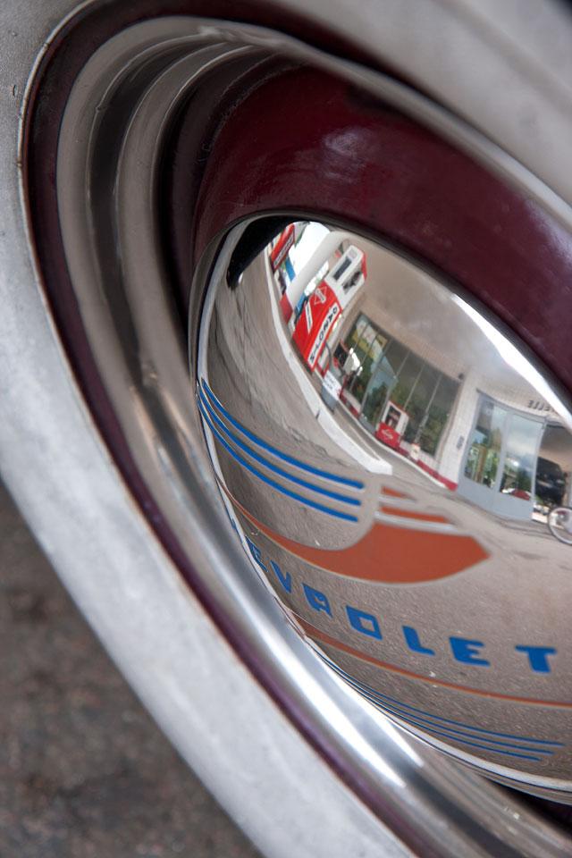 Die 60er Jahre Tankstelle in der Radkappe des Chevrolet.