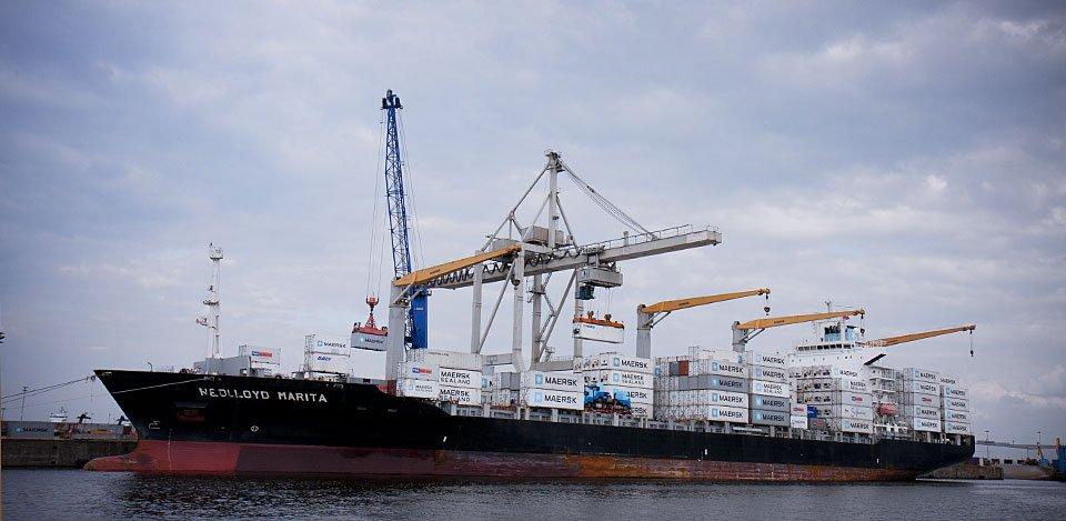Im Freihafen: Hier wird ein Schiff beladen.