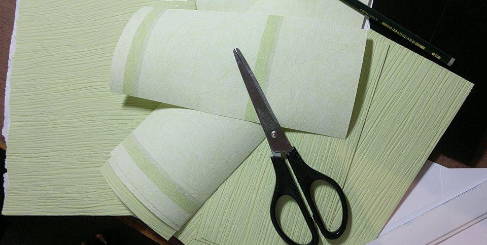 Tapeten zugeschnitten - sie machen eine sehr dünnen Eindruck und rollen sich direkt auf.
