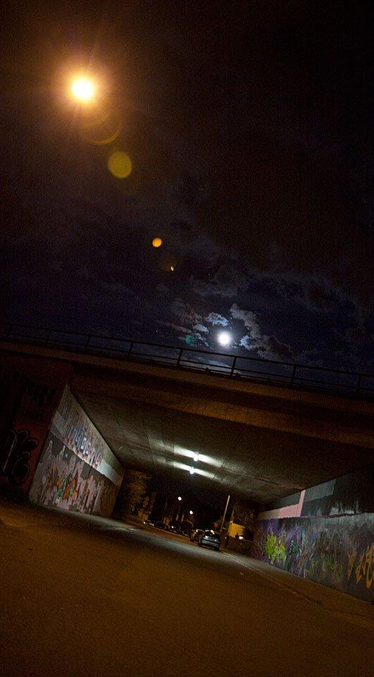 ...das Neonlicht der Brückenbeleuchtung...