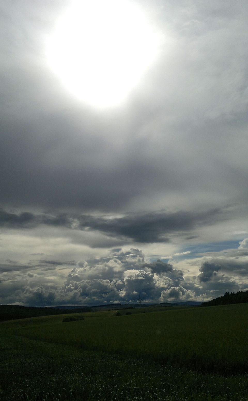 Wolkenberge und Sonnenschein: Gleich geht das Gewitter los.