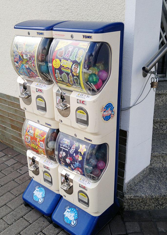 Sicher befestigt: Dieser mobile Automat ist gefüllt mit Spielzeug. Er steht vor dem Zeitschriftenladen in Weilmünster.