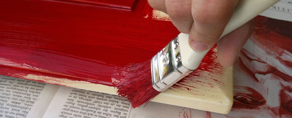 Unter Vadders Anleitung brav gepinselt... schön rot soll's werden!