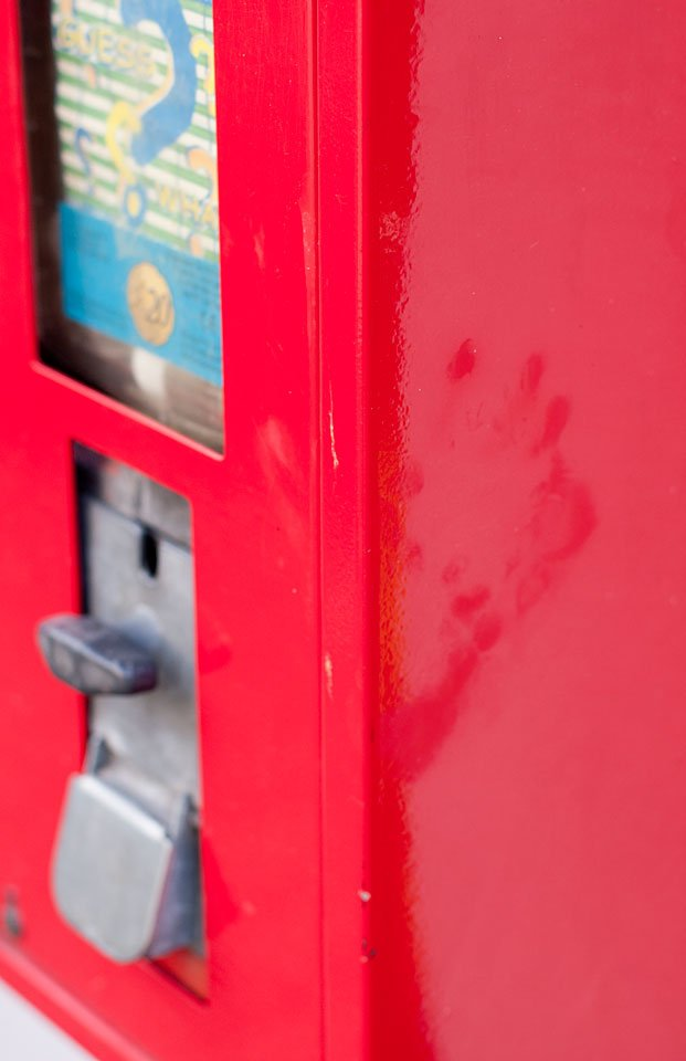 ...strahlend rot und mit einem Kinderhand-Abdruck.