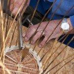 Altes Handwerk: Hier entsteht ein Brotkörbchen.