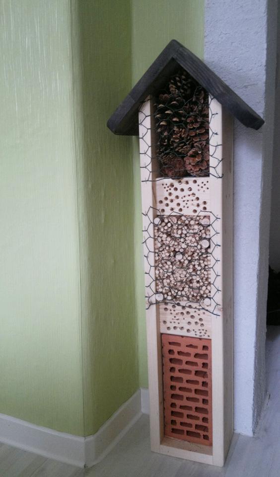 Das Insektenhotel –Handarbeit der Lebenshilfe Limburg – wartet nun auf Gäste.
