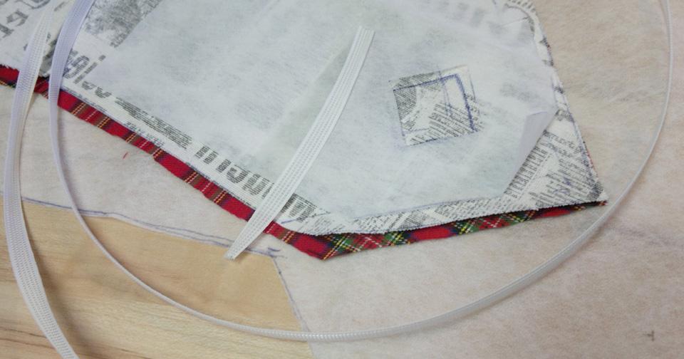 Die einzelnen Elemente: Zwei Stoffteile für vorn und hinten, Bügelflies zum Verkleben und Versteifen, Stäbchen um das ganze richtig stabil zu machen.
