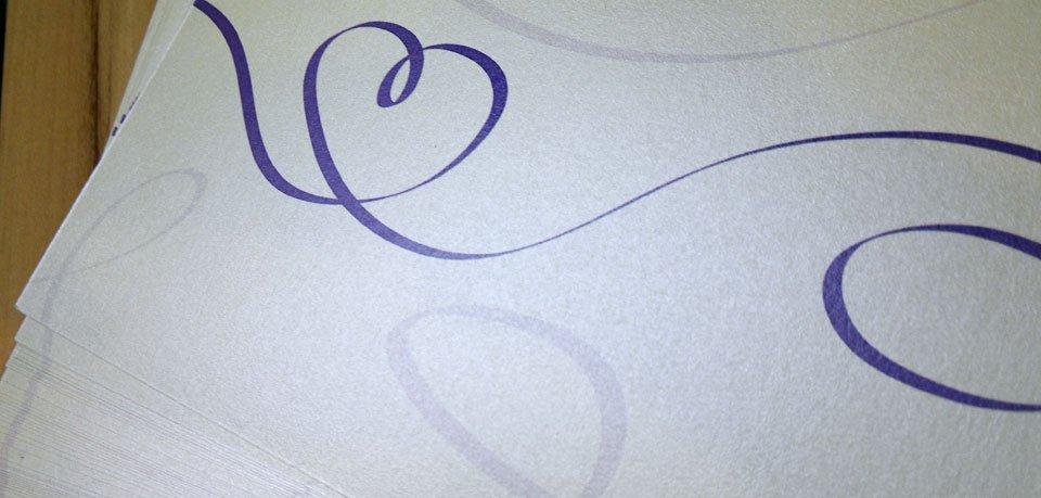 Glitzerpapier für die Hochzeitseinladung.