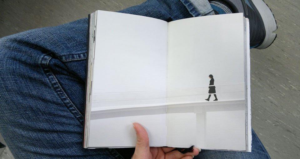 Die noch unbemalte Doppelseite im Swop-Book: Frau in Schwarz.