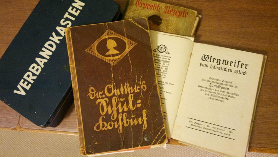 Meine alten Kochbücher und der Wegweiser zum häuslichen Glück (1913).