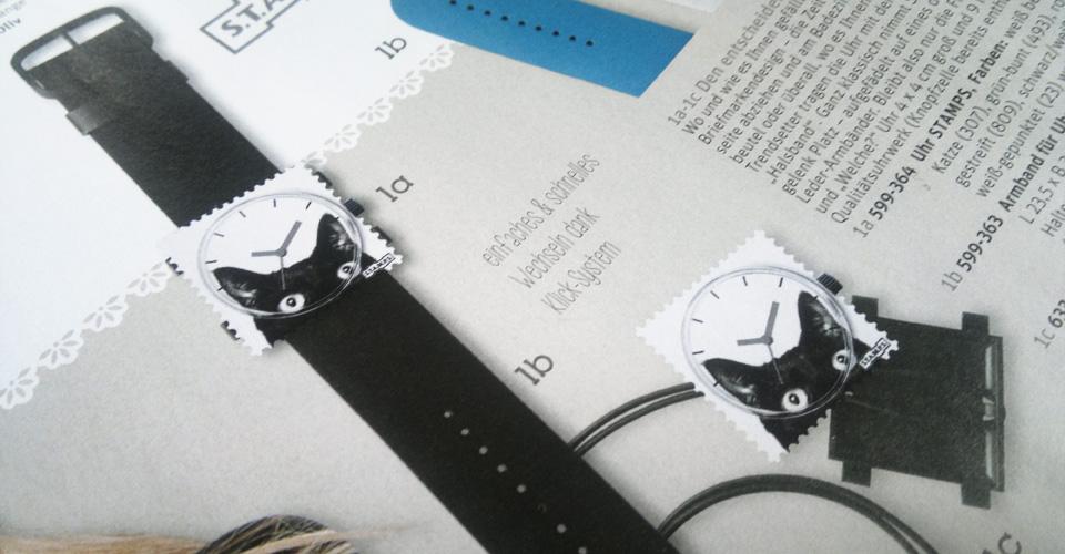 """""""Mau"""" – Schicke Uhr mit wechselbarem Motiv in Briefmarkenform."""