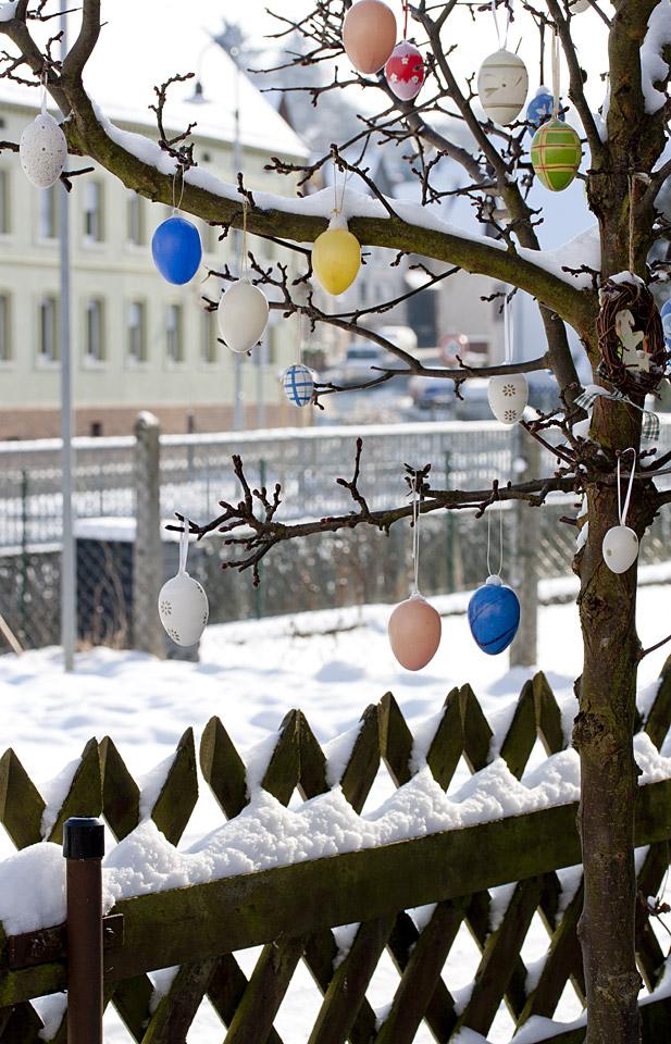 Farbenfroh: Osterschmuck in der Nachbarschaft.