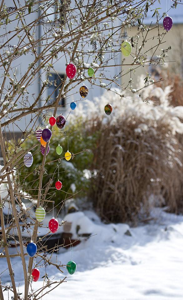 Die bunten Eier kommen im strahlenden Schnee viel besser zur Geltung.
