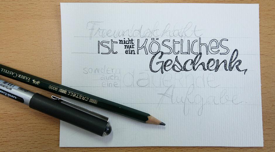 Mit Bleistift grob vorgeschrieben, mit Tusche nachgezeichnet.