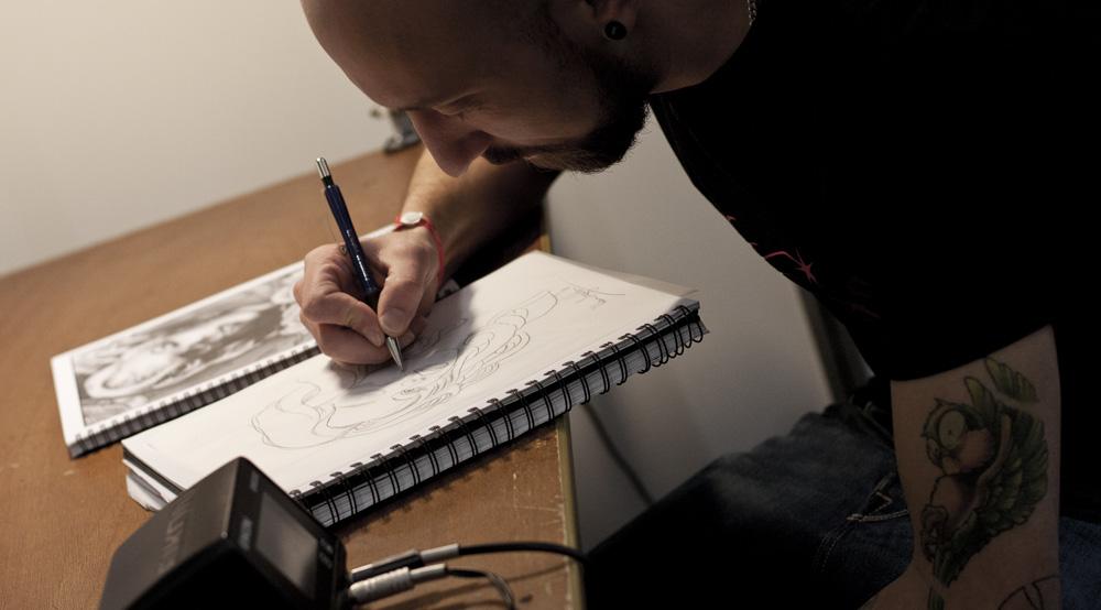 Künstler beim Zeichnen – Olaf von Hautdesign Tattoo