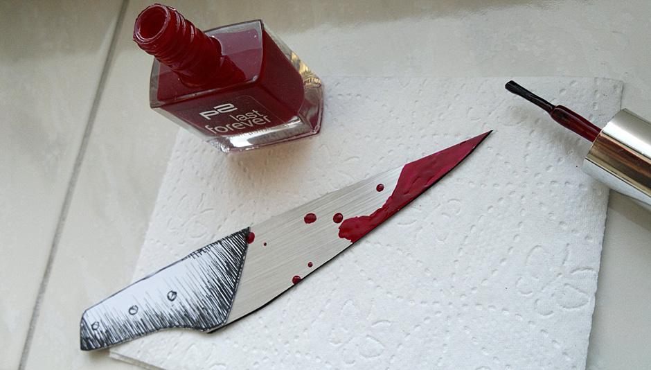 Jetzt wird's blutig –mit ratzerotem Nagellack auf der Klinge.