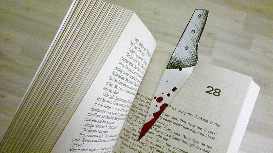 Praxistest für das Krimi Lesezeichen in Messerform.