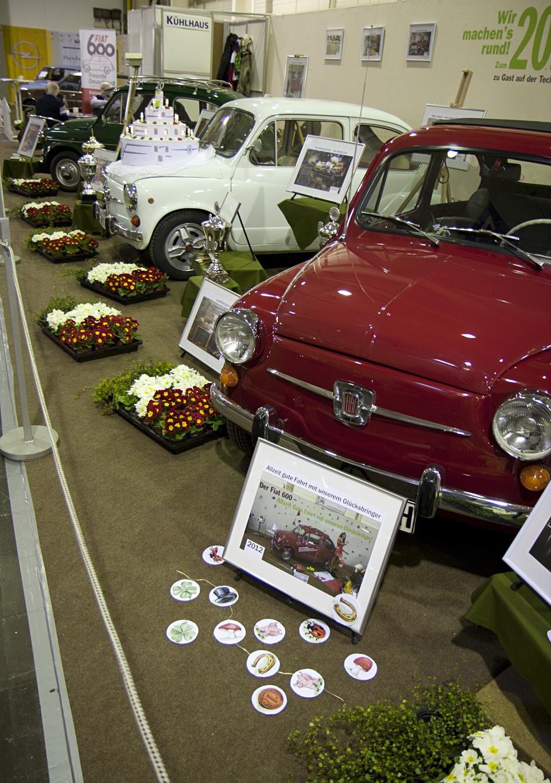 Zwischen den Autos, all die Bilder der letzten Jahre und viele Blumen in Grün-Weiß-Rot.