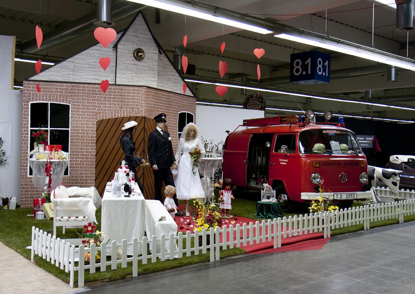 Liebe in der Luft – Hochzeits-Scene mit VW Bulli.
