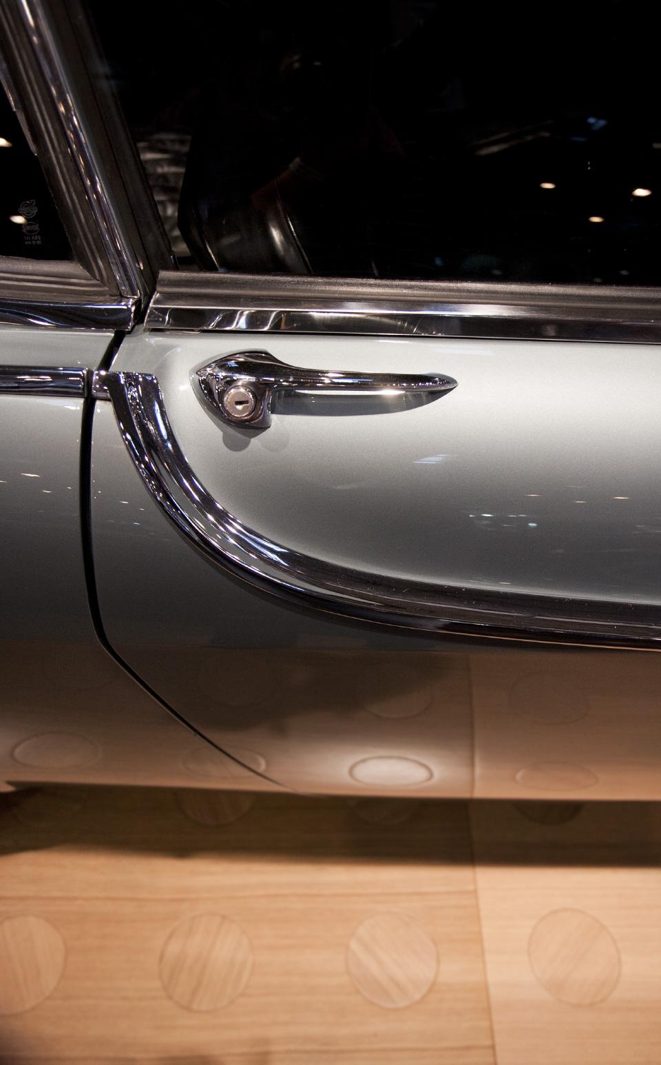 Jedem Automobil sein spezielles Detail: Chromleiste des Volvo.