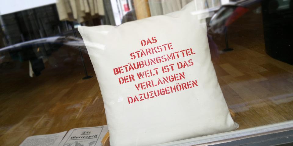 """""""Das stärkste Beteubungsmittel der Welt ist das Verlangen dazuzugehören"""" – Wahre Worte in Hamburgs Schaufenstern."""