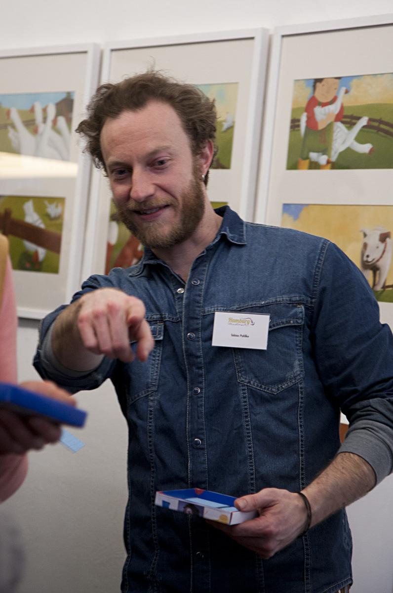 Tobias Pahlke verteilt die Memorykarten an die Besucher.