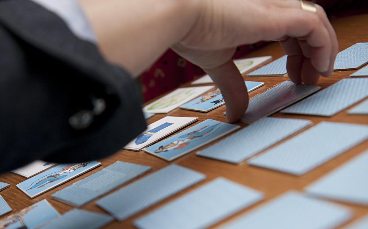 …spielen andere mit den Karten Memory.