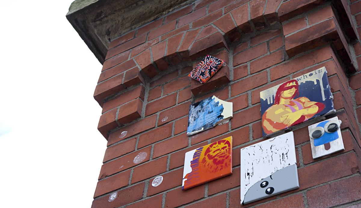 Kunst hoch oben an den Mauern.