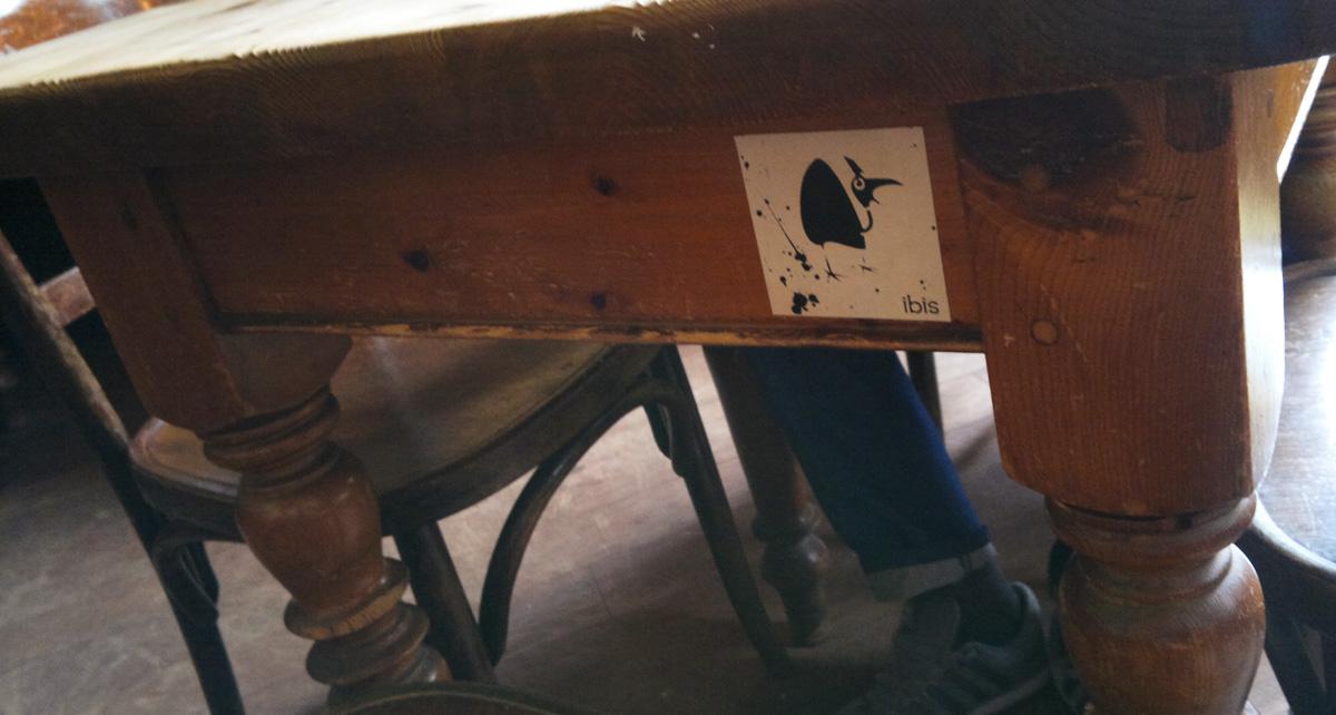 Ibis – Aufkleber überall in der Stadt. Hier am Tisch in Omas Apotheke.