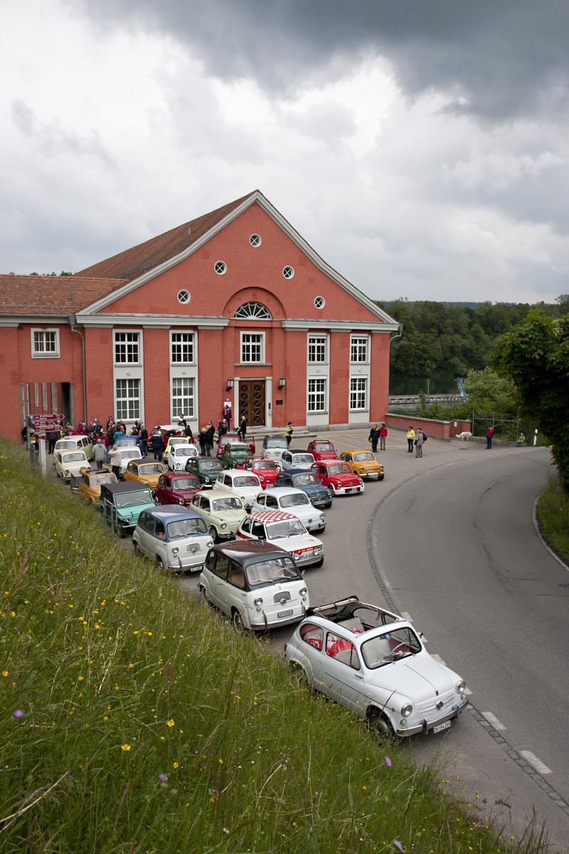 Parkplatz gerade groß genug für das Treffen: Vor dem Wasserkraftwerk Eglisau in Rheinsfelden.