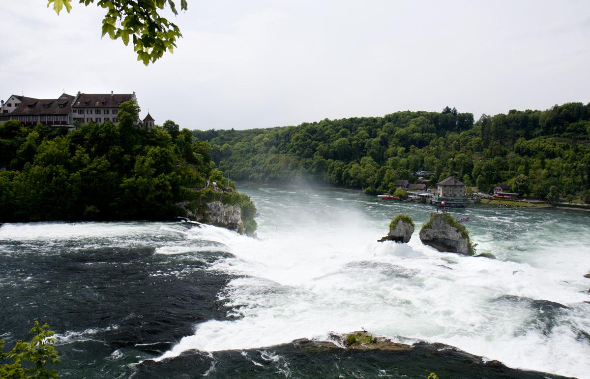 Blick auf das Schloss Laufen und den Rheinfall.