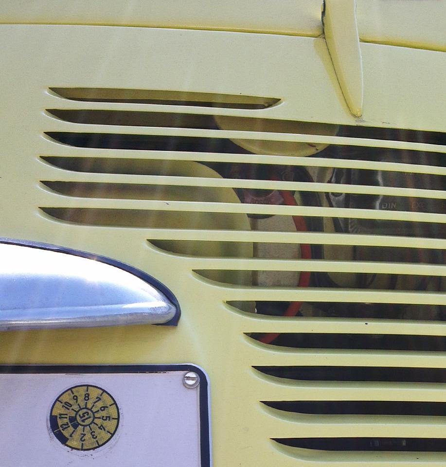 TÜV Plakette in Wagenfarbe – Der Fiat 600 (der eigentlich ein Seat ist) darf nun wieder brummen!