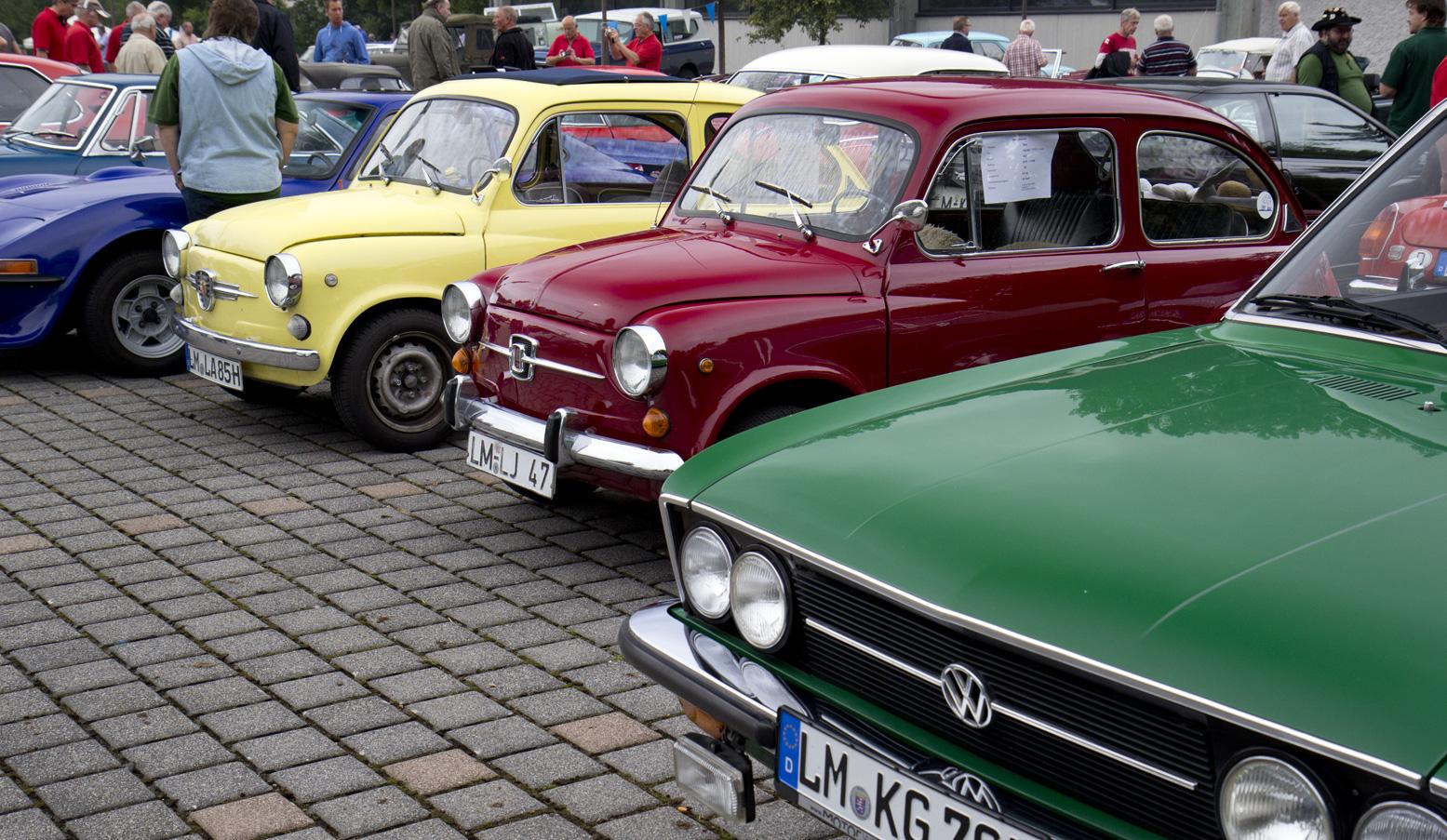 Gut aufgestellt: Die zwei Fiat oder besser Seat 600 zwischen Opel GT und VW.