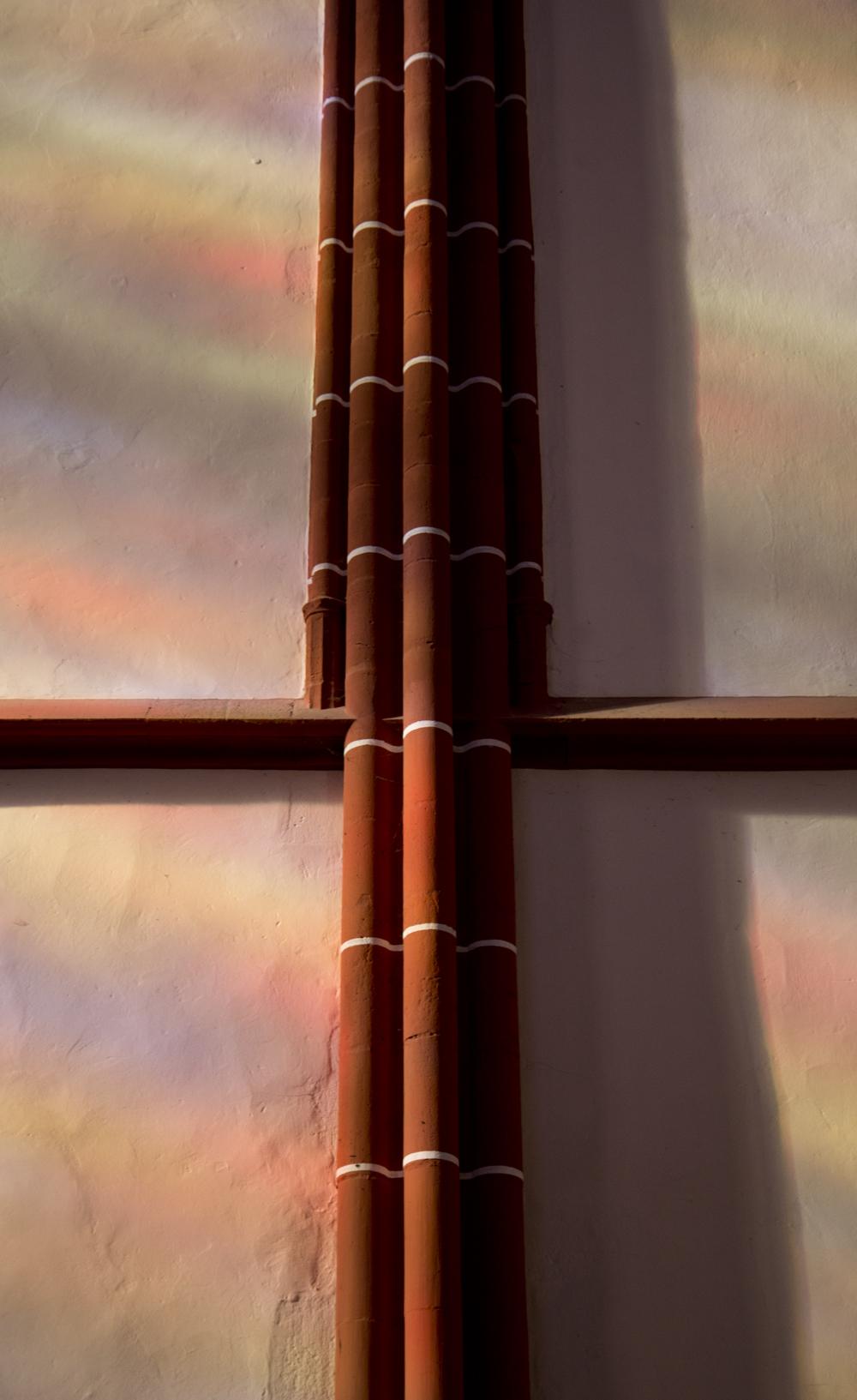 Sonnenschein durch Buntglasfenster – Katharinenkirche Oppenheim.