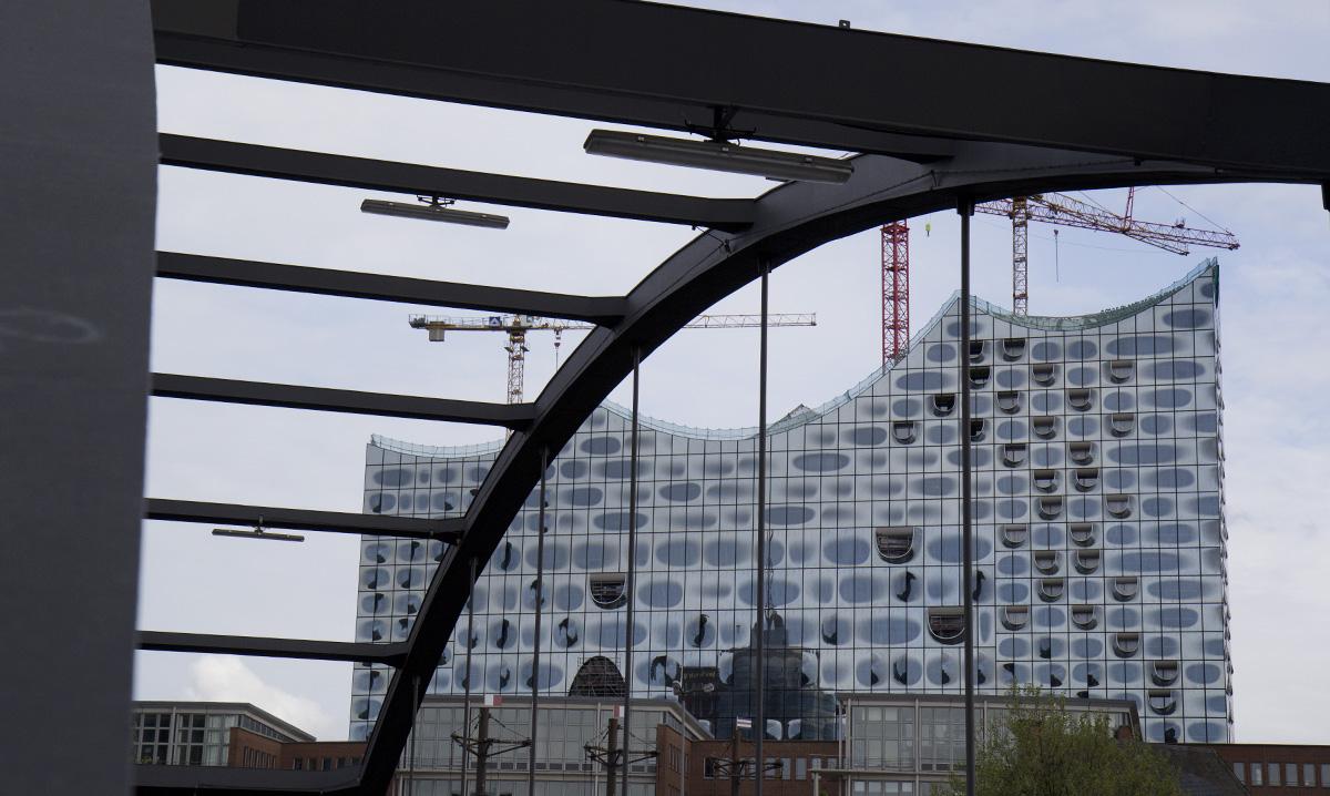 Spitzen im Bogen – Die Elbphilharmonie durch eine der Niederbaumbrücken.