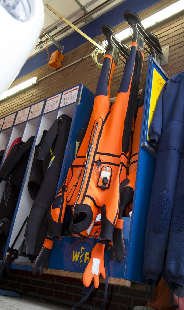 Steht Kopf, aber rettet Leben: Dieser spezielle Anzug zur Rettung aus dem Wasser.