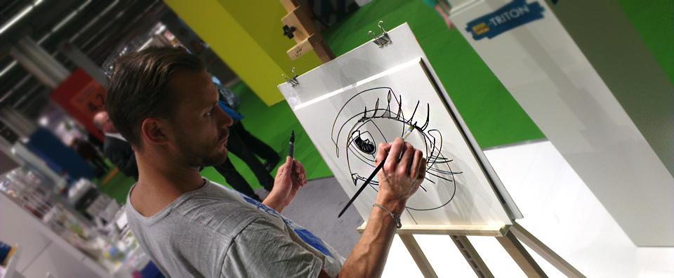 Julian Vogel am Stand von Kreul zeigt die Arcyl-Marker von Solo Goya Triton.