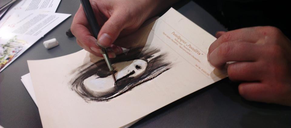Eine der Bloggerinnen testet das Papier PastelFix.