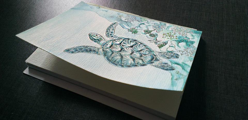 Die fertig colorierte Postkarte noch im Block - ein wenig wellen möchte sich das Papier doch, da es nicht rundum verleimt ist.