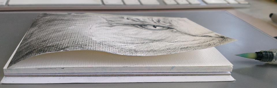 Nicht erschrecken: dadurch, dass der Block nur an einer Langseite geleimt ist, wellt sich das Papier deutlich. Nach dem Trocknen und mit etwas Pressen, lässt die Welle aber deutlich nach.